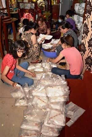 Tiệm Chay Tiến Đức tặng 600 phần ăn cho người nghèo